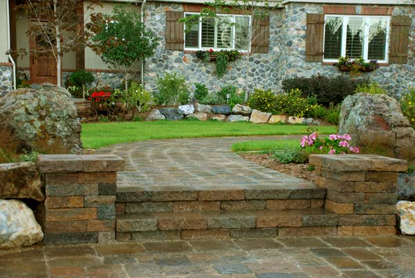 Retaining walls paver stone walls landscape walls for Paving stone garden designs